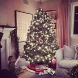 Reese Witherspoon ist heilfroh, dass sie den Baum noch rechtzeitig fertig bekommen hat. Merry Christmas!