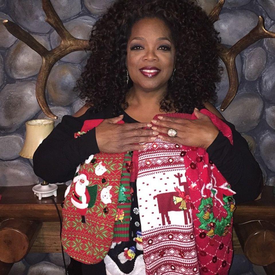 Oprah Winfrey freut sich über diese niedlchen Hundesweatshirts, die sie von Jimmy Fallon geschenkt bekommen hat.