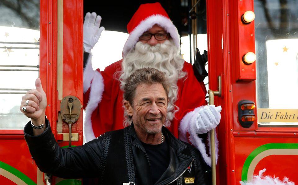 Peter Maffay geht sogar mit Santa Claus auf Tour. Allerdings nur in der traditionellen schweizer Märchen-Tram. Zwei Engel erzählen dazu packende Weihnachtsgeschichten.