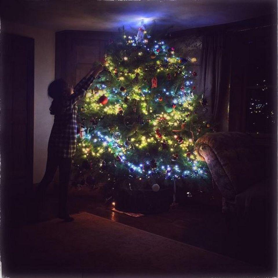 Der Weihnachtsbaum von Jamie Oliver erinnert an die Nordlichter oder an Unterwasserwelten. Mit verschiedenen Farben beleuchtet, wird er zum besonderen Augenschmaus.