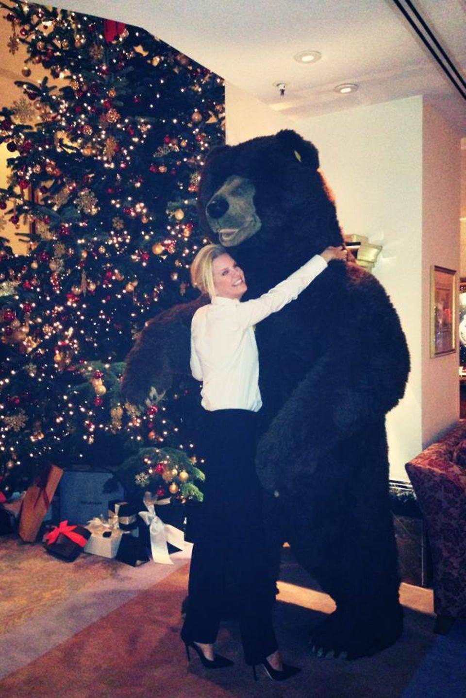 Monica Ivancan hat bei der weihnachtlichen Jimmy Choo Party in München einen haarigen Freund gefunden.