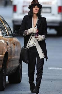 Während sie in New York auf ein Taxi wartet, wird Schauspielerin Jessica Szohr von ihrem lässigen Lagen-Look in Creme und Schwar