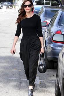Vom Look her ist dieses Outfit von Rose McGowan eher schlicht, fällt aber durch die taillierte Hose mit Bundfalten auf.