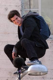 """8. Dezember 2011: Gesichert an einem Drahtseil hockt """"Spiderman"""" Andrew Garfield auf einer Laterne mitten in Los Angeles."""