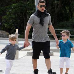 Ziemlich stylish sind auch die Söhne von Ricky Martin unterwegs. Valentino (li.) trägt einen angesagten Undercut, sein Bruder Matteo (re.) sieht mit seiner coolen Brille wie ein kleiner Hipster aus.