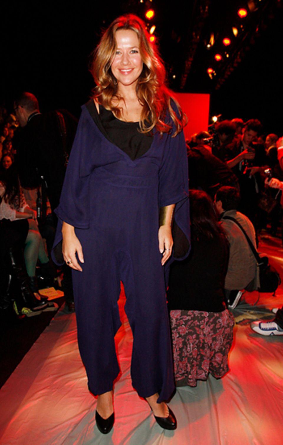 Fashion Week Berlin: Alexandra Neldel präsentiert sich in einem blauen Overall.