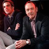 """Kevin Spacey und Zachary Quinto schauen sich einen Clip ihres Films """"Margin Call"""" an, der mit dem """"Creative Coalition's 2011 Spo"""