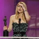 """Claire Danes kann nicht glauben, dass sie den Preis für ihre herausragende Leistung in  """"Temple Grandin"""" bekommen hat."""