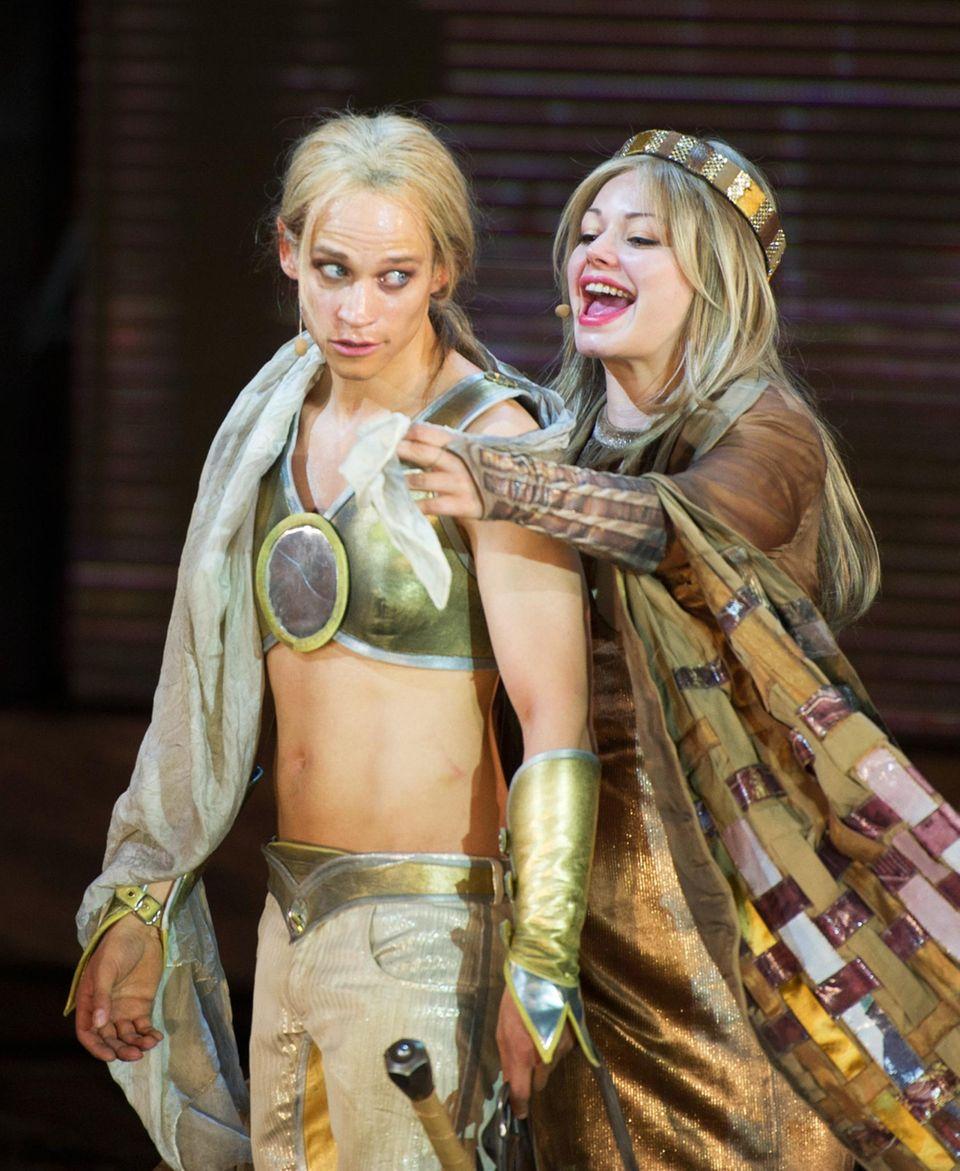 """Cosma Shiva Hagen als """"Kriemhild"""" und Vinzenz Kiefer als """"Siegfried"""" sind bei der Fotoprobe zu dem Stück """"Hebbels Nibelungen - Born To Die"""" bei den diesjährigen Nibelungen-Festspielen in Worms zu sehen."""