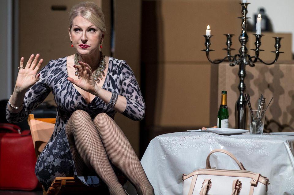 """Désirée Nick steht für das Stück """"Der Lügenbaron"""" im Schlosspark Theater in Berlin auf der Bühne."""