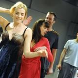 """Agyness Deyn steht für das Stück """"The Leisure Society"""" in London auf der Bühne."""