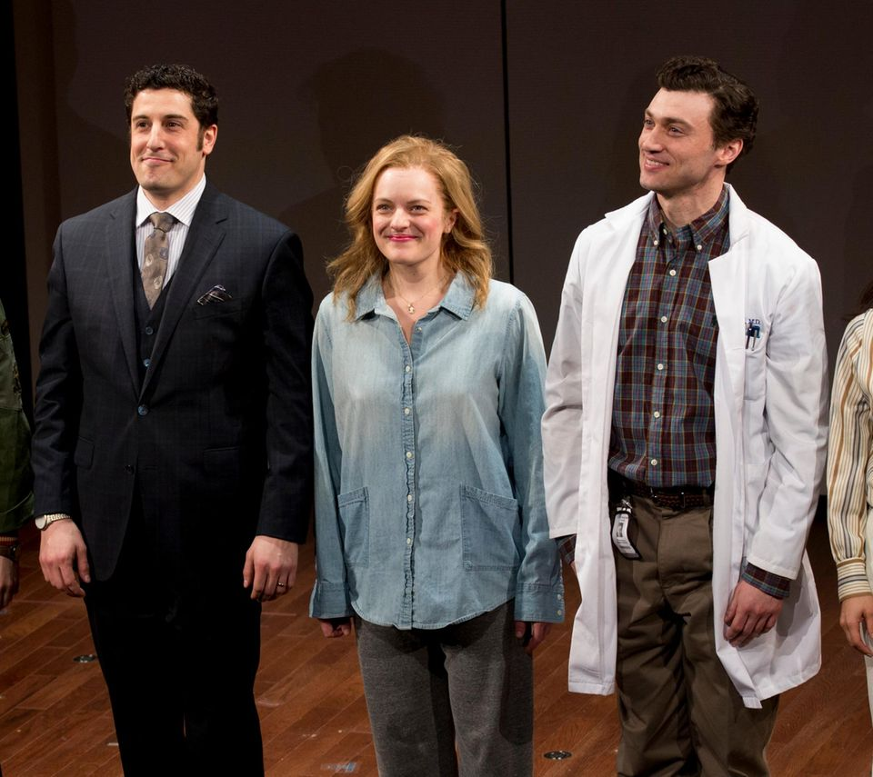 """Jason Biggs und Elisabeth Moss stehen zusammen auf der Bühne um das Drama """"The Heidi Chronicles"""" in New York City zu inszenieren."""