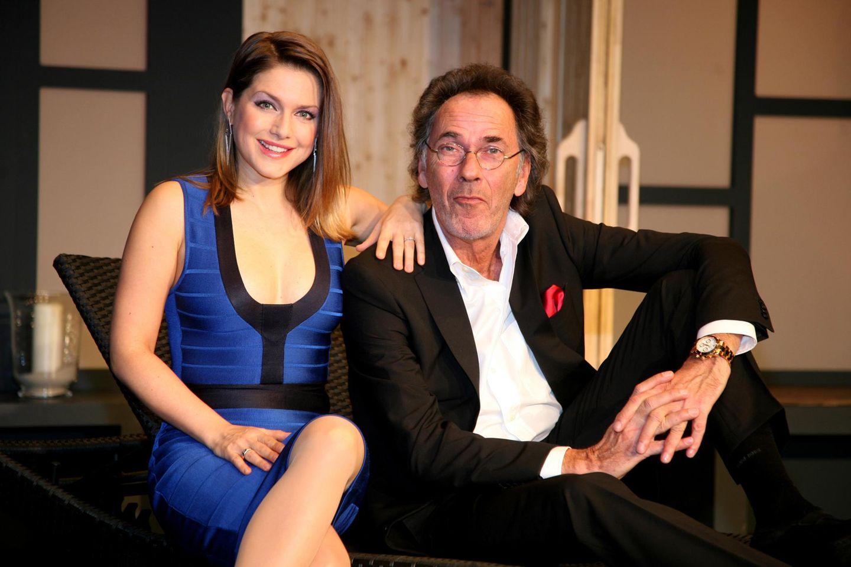 """Jeanette Biedermann und Hugo Egon Balder stehen gemeinsam in der Komödie """"Aufguss"""" Im Theater an der Kö in Düsseldorf auf der Bühne."""