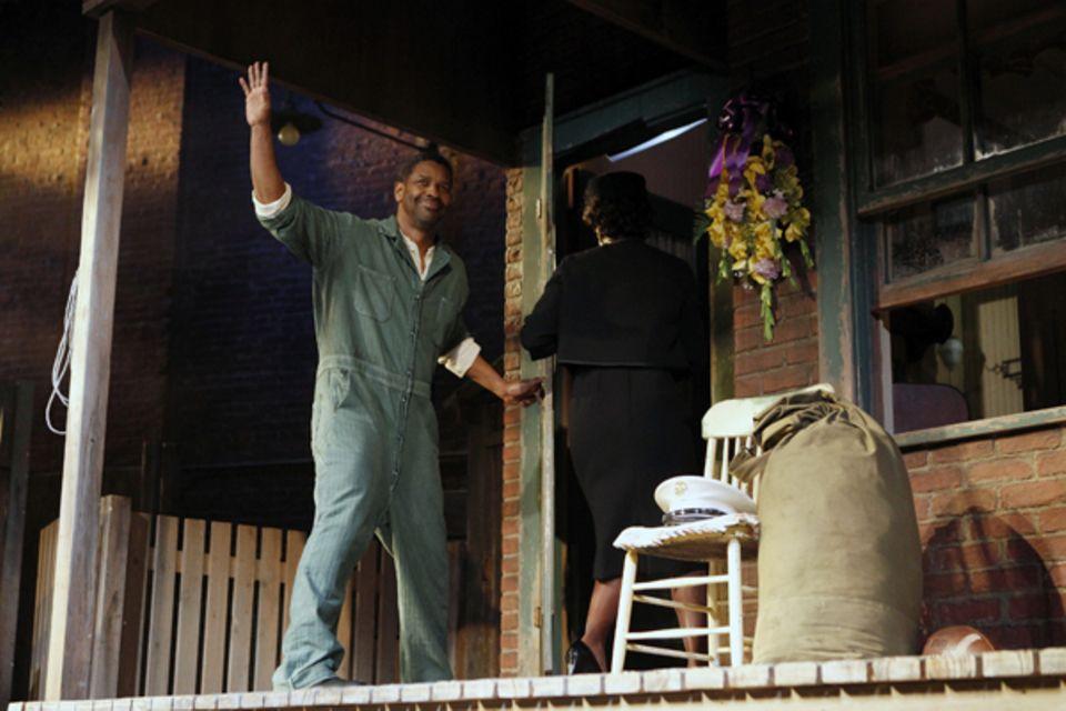 """Im April 2010 steht Denzel Washington im Stück """"Fences"""" auf der Bühne des New Yorker Cort-Theaters."""