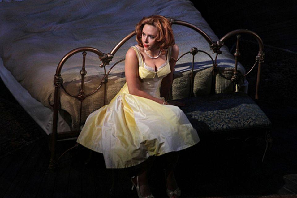 Im Film spielte die große Elizabeth Taylor ihre Rolle, nun begeistert Scarlett Johansson das Publikum am New Yorker Broadway in