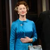 """Helen Mirren wird in New York für ihre Rolle als Queen Elizabeth II in """"The Audience"""" vom Publikum gefeiert."""