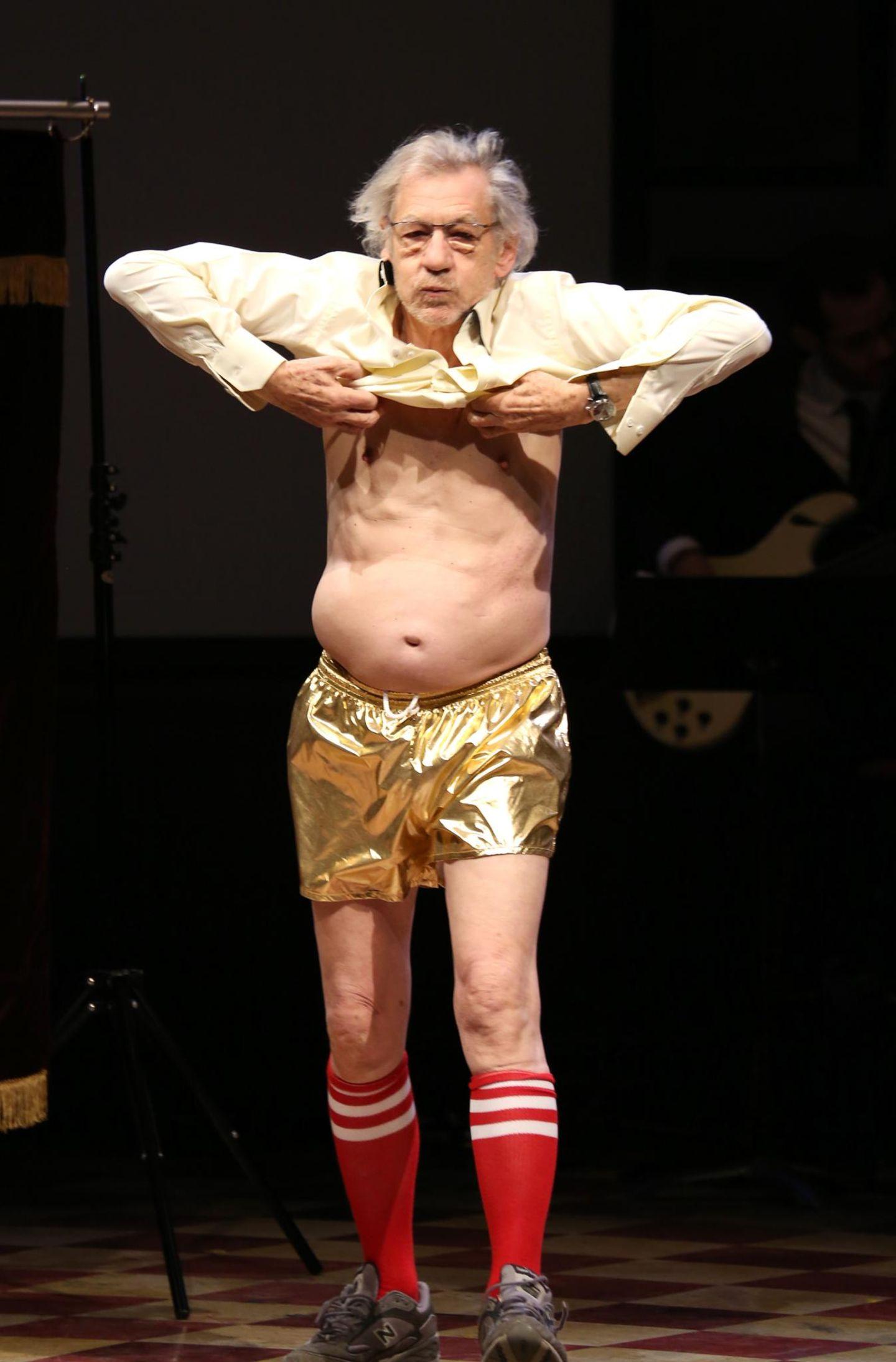 """Ian McKellen steht bei der """"14th Annual Only Make Believe Gala"""" im Bernard B. Jacobs Theater in New York City strippend auf der Bühne."""