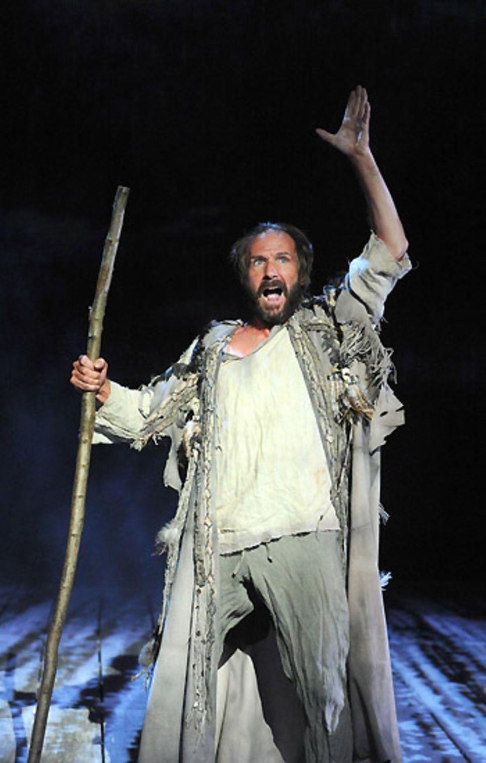"""In seiner Rolle als Prospero in Shakespeares """"The Tempest"""" zeigt Ralph Fiennes in London, was er auf der Bühne drauf hat."""
