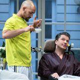 """Patrick Abozen und Hardy Krüger Jr. stehen als """"Ziemlich beste Freunde"""" in den Hamburger Kammerspielen auf der Theaterbühne."""