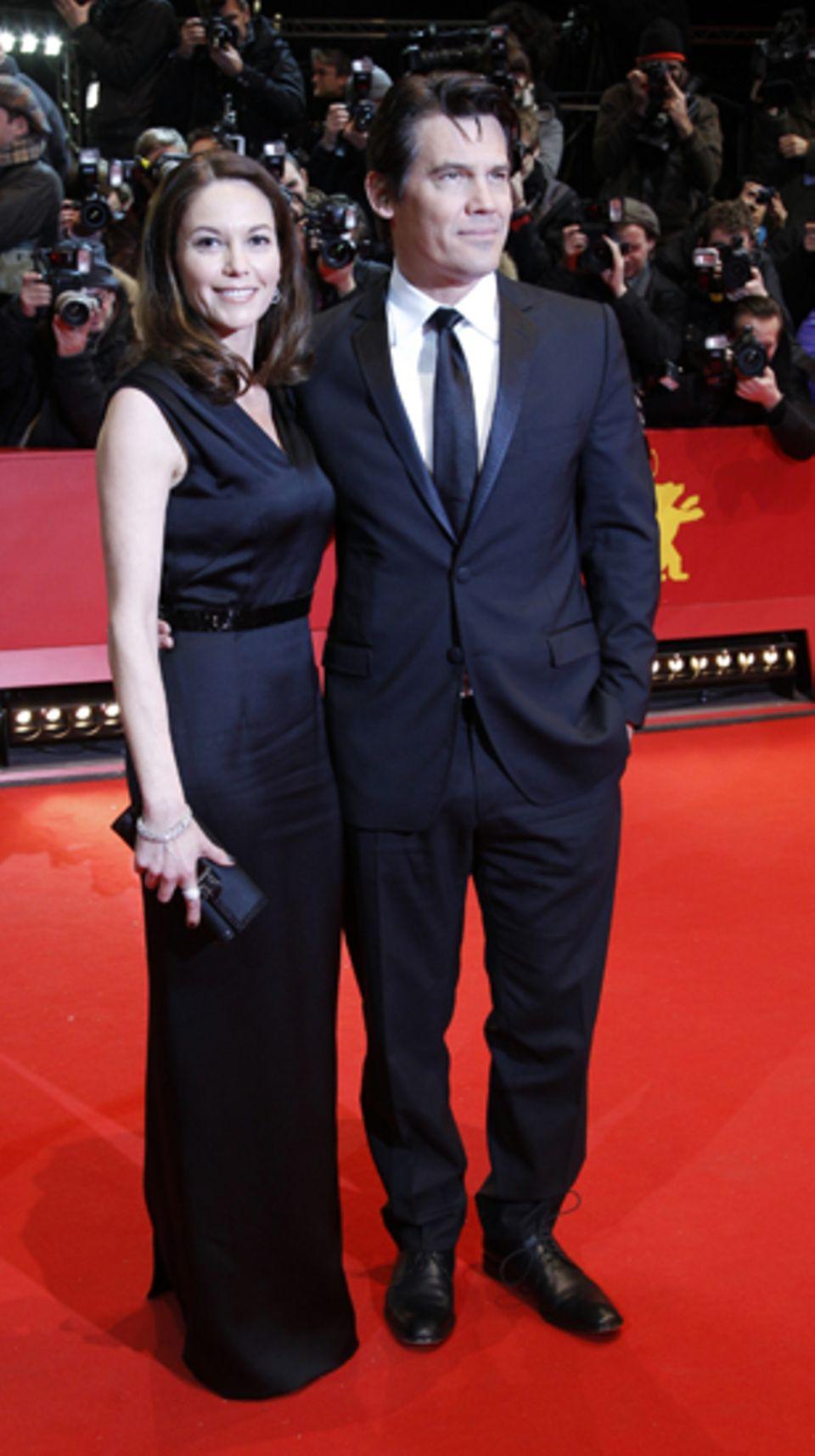 Diane Lane und Josh Brolin gehen über den roten Teppich.