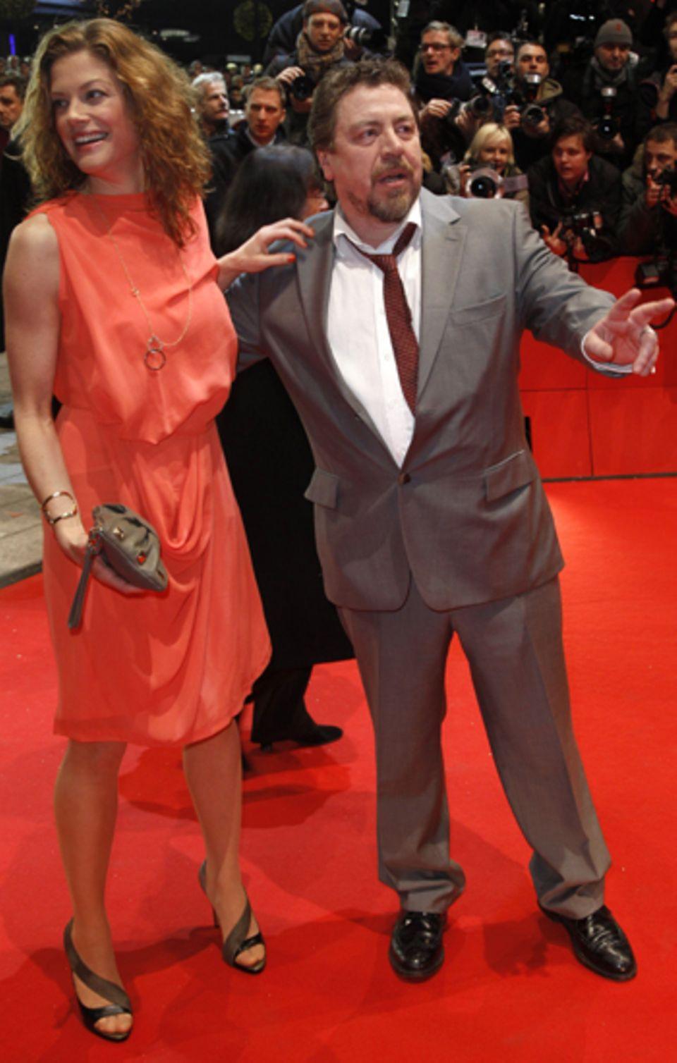 Marie Bäumer und Armin Rohde gehen über den roten Teppich.