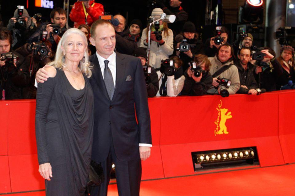 Vanessa Redgrave und Ralph Fiennes posieren gemeinsam auf dem roten Teppich und...