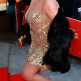 Christine Neubauer hat sich für die Premiere in Schale geschmissen und erscheint in einem goldenen Glitzerkleid.