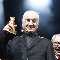 Armin Müller-Stahl wird mit dem Goldenen Ehrenbären für sein Lebenswerk ausgezeichnet. Dieter Kosslick freut das ganz besonders.