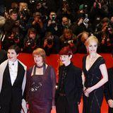 Die Festivaljury erscheint gemeinsam auf dem roten Teppich und posiert für die Fotografen: Guy Maddin, Isabella Rosselini, Jan C