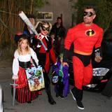 """Fergie als Harley Quinn mit Sohn Axl und Ehemann Josh Duhamel auf der """"Trick or Treat-Tour"""" in Brentwood."""