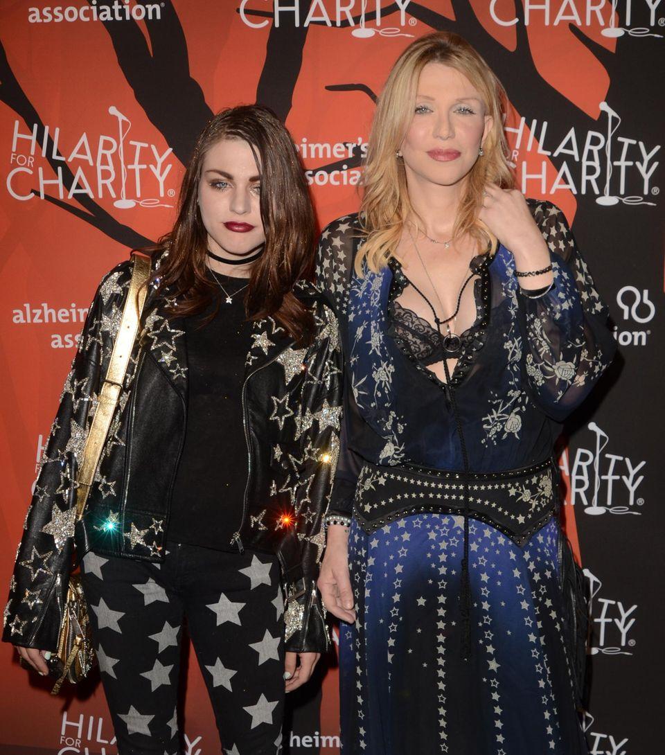 Zwei Sternchen stellen sich den Fotografen. Courtney Love kommt zur Charityveranstaltung mit ihrer Tochter Frances Bean Cobain beide strahlen im Sternenoutfit.