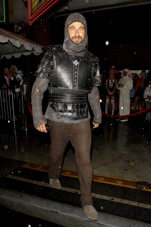 Gerard Butler trägt nicht nur in seinen Filmen gerne Rüstung, auch an Halloween geht er als Ritter durch die Straßen von Los Angeles.