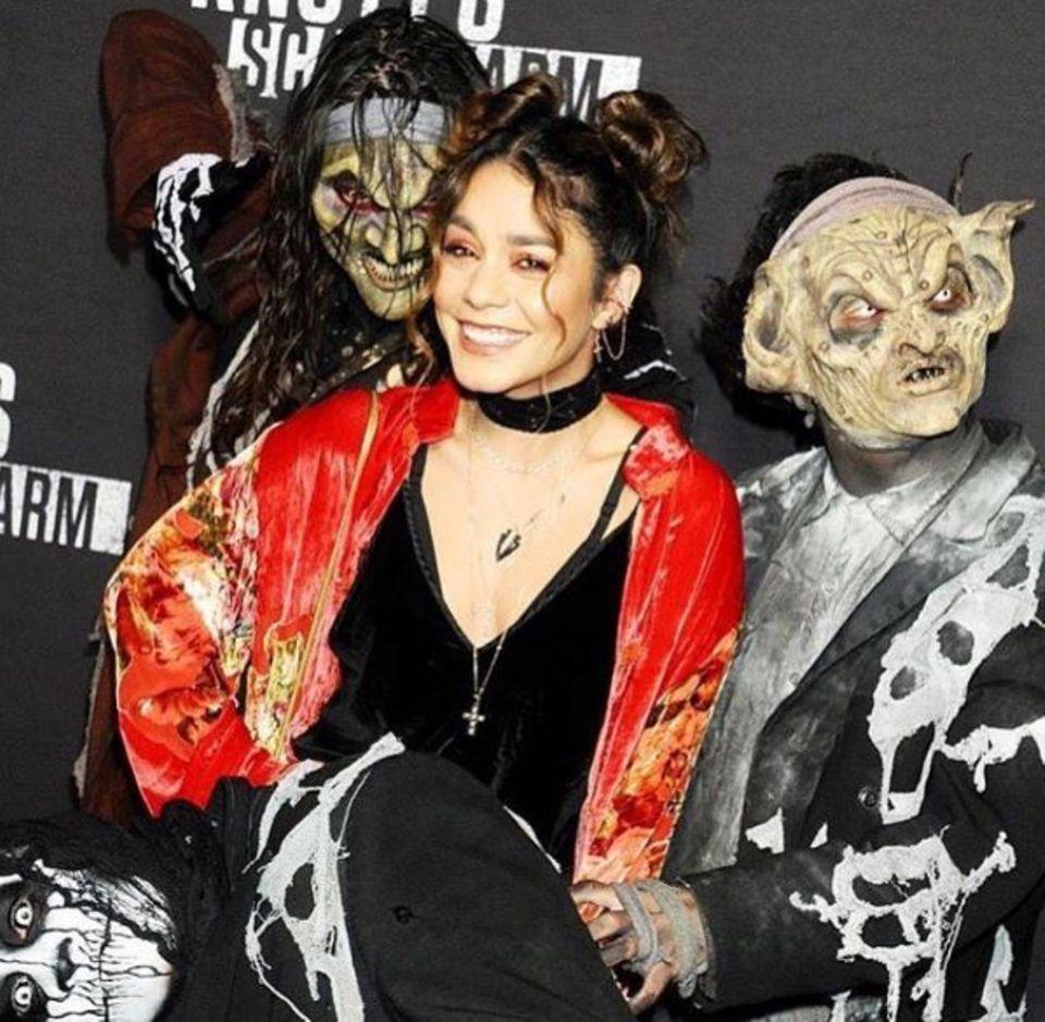 """Auf einer Veranstaltung des Freizeitparks """"Knott's Scary Farm"""" wird Schauspielerin Vanessa Hudgens von gruseligen Gestalten umzingelt."""