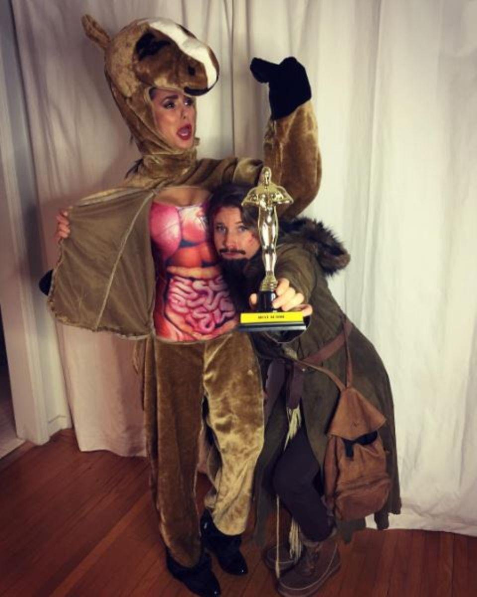 """Nina Dobrev hat mit ihrem Pferdekostüm, angelehnt an das tote Pferd, in dem Leonardo DiCaprio im Film """"The Revenant"""" nächtigte, für den Knaller auf der Party gesorgt."""