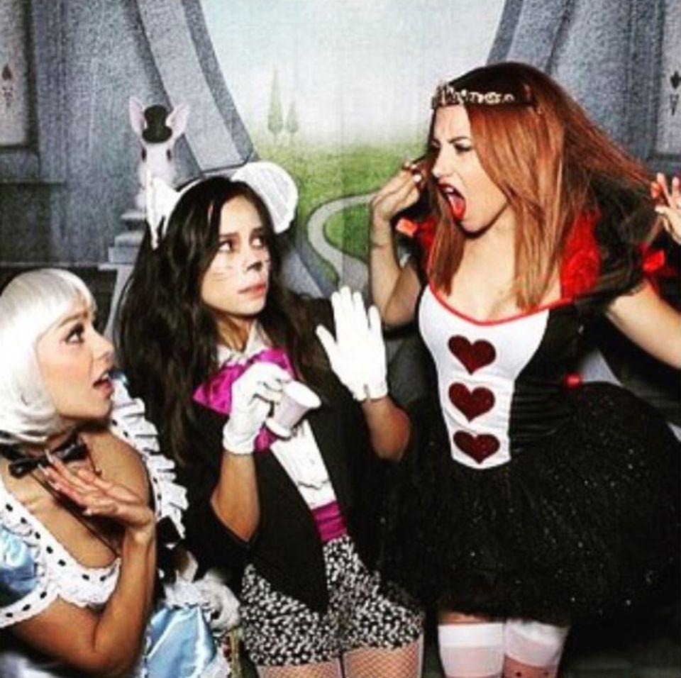 """Der Herzkönigin aus """"Alice im Wunderlannd"""" wird Ashley Tisdale nicht nur durch ihr Kostüm gerecht. Aufbrausende Attitüde und Geschrei runden ihre Verkleidung perfekt ab."""