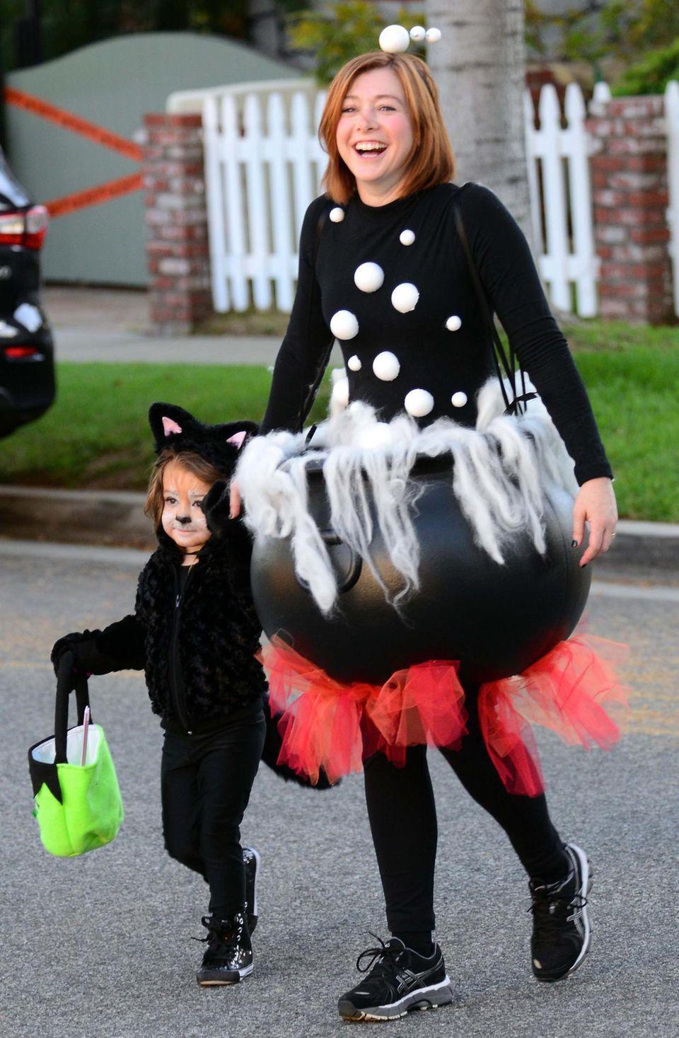 Alyson Hannigan geht als Zaubertrankkessel mit ihren Kindern auf Süßigkeitenjagd.
