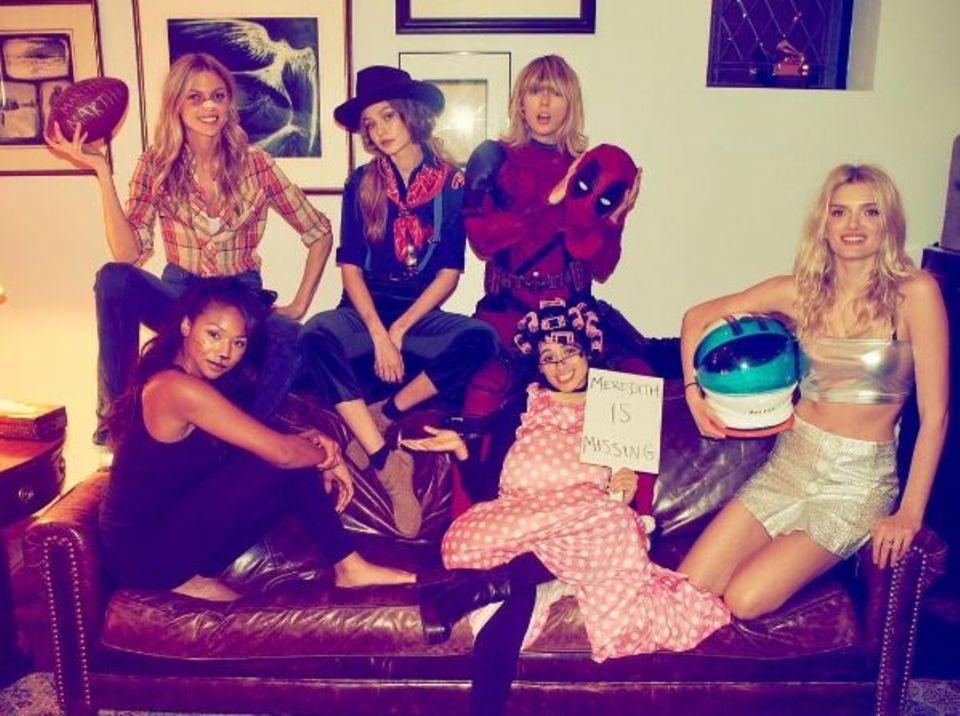 Taylor Swift, als Deadpool verkleidet, hat mal wieder ein Haus voller Models. Let ?s get the Party started!