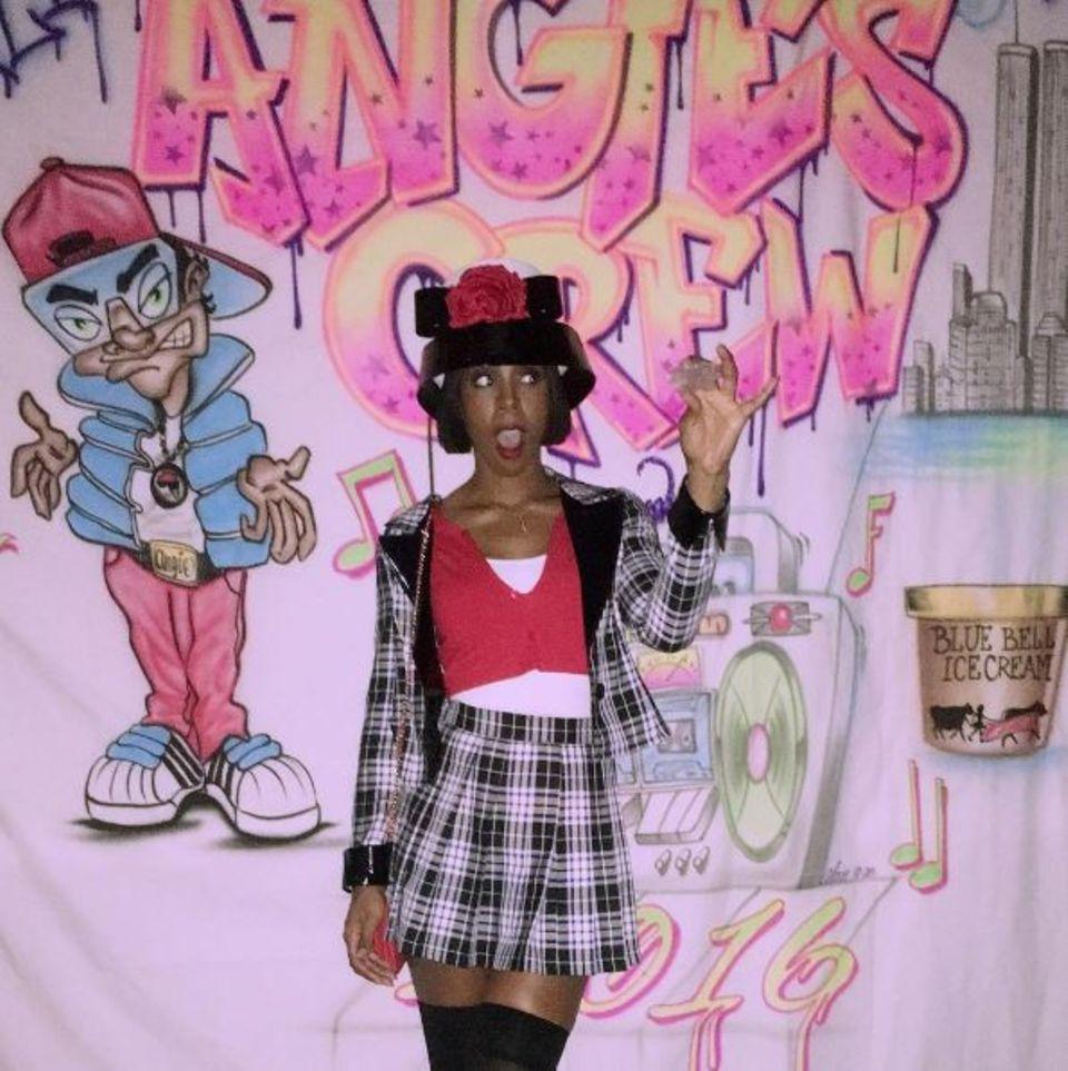 """Wer kennt noch den Kultfilm """"Clueless""""? Kelly Rowland outet sich als Fan und begeistert im gewöhnungsbedürftigen Style von """"Chers"""" bester Freundin """"Dionne""""."""