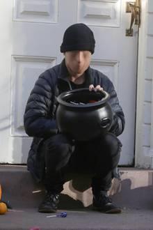 """""""Breaking Bad""""-Star Aaron Paul sorgt mit seiner Maske für Grusel vor seiner Haustür: Ob die Kids sich da überhaupt getraut haben, Süßigkeiten zu holen?"""