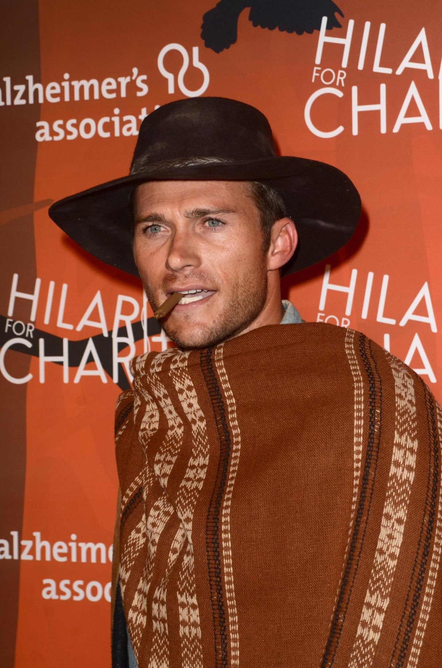 """Diese Ähnlichkeit ist verblüffend. Scott Eastwood schlüpft in die Rolle seines Vaters Clint Eastwood und kommt als Joe aus dem Italowestern """"Für eine Handvoll Dollar""""."""