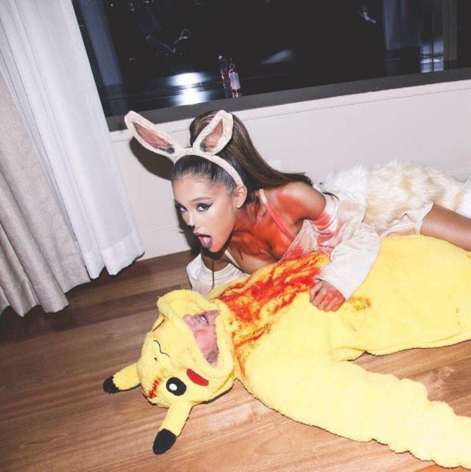 """Verkleidet als Pokémonmonster """"Eevee"""", kann sich Ariana Grande nicht beherrschen und frisst Freund Mac Miller - als """"Pikachu"""" verkleidet - auf."""