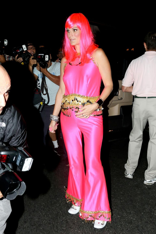 Auffallend pink ist das Oufit von der schwangeren Molly Sims.