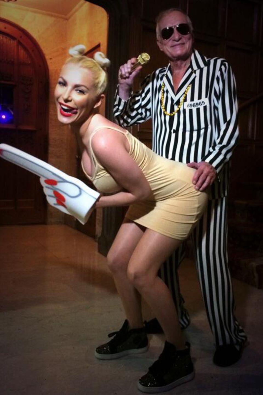 Auch Hugh Hefner und seine Crystal nehmen dieses Halloween Miley Cyrus auf die Schippe.
