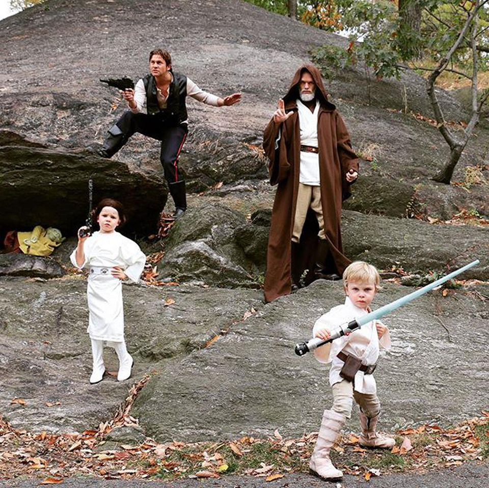 """Neil Patrick Harris, David Burtka und ihre Zwillinge übertreffen sich jedes Jahr wieder mit ihren Familienkostümen. Diesmal ist """"Star Wars"""" dran. Harris stellt """"Obi-Wan Kenobi"""" dar, während sein Ehemann die """"Han Solo""""-Pose voll drauf hat. Harper Grace und Gideon Scott fühlen sich als """"Prinzessin Leia"""" und """"Luke Skywalker"""" offenbar auch wohl. Wer genau hinschaut, findet sogar einen versteckten """"Yoda"""" im Bild."""