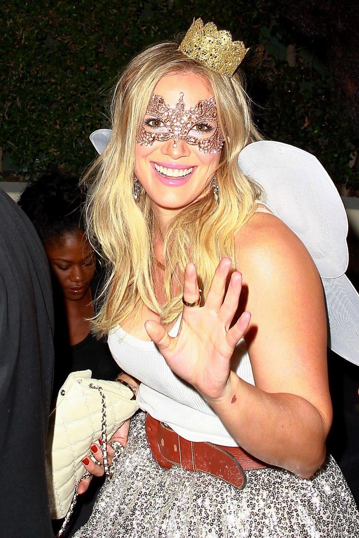 Hilary Duff hat sich als Fee verkleidet.