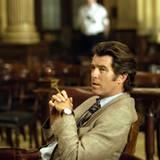 """2004 """"Laws of Attraction"""": Pierce Brosnan wird in einem hellen Anzug in Szene gesetzt."""