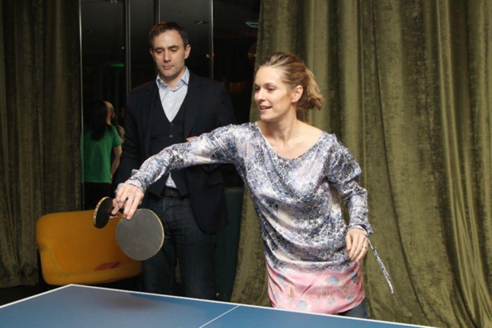 Lisa Martinek und ihr Mann Giulio Ricciarelli beweisen an der Tischtennisplatte ihr Talent.