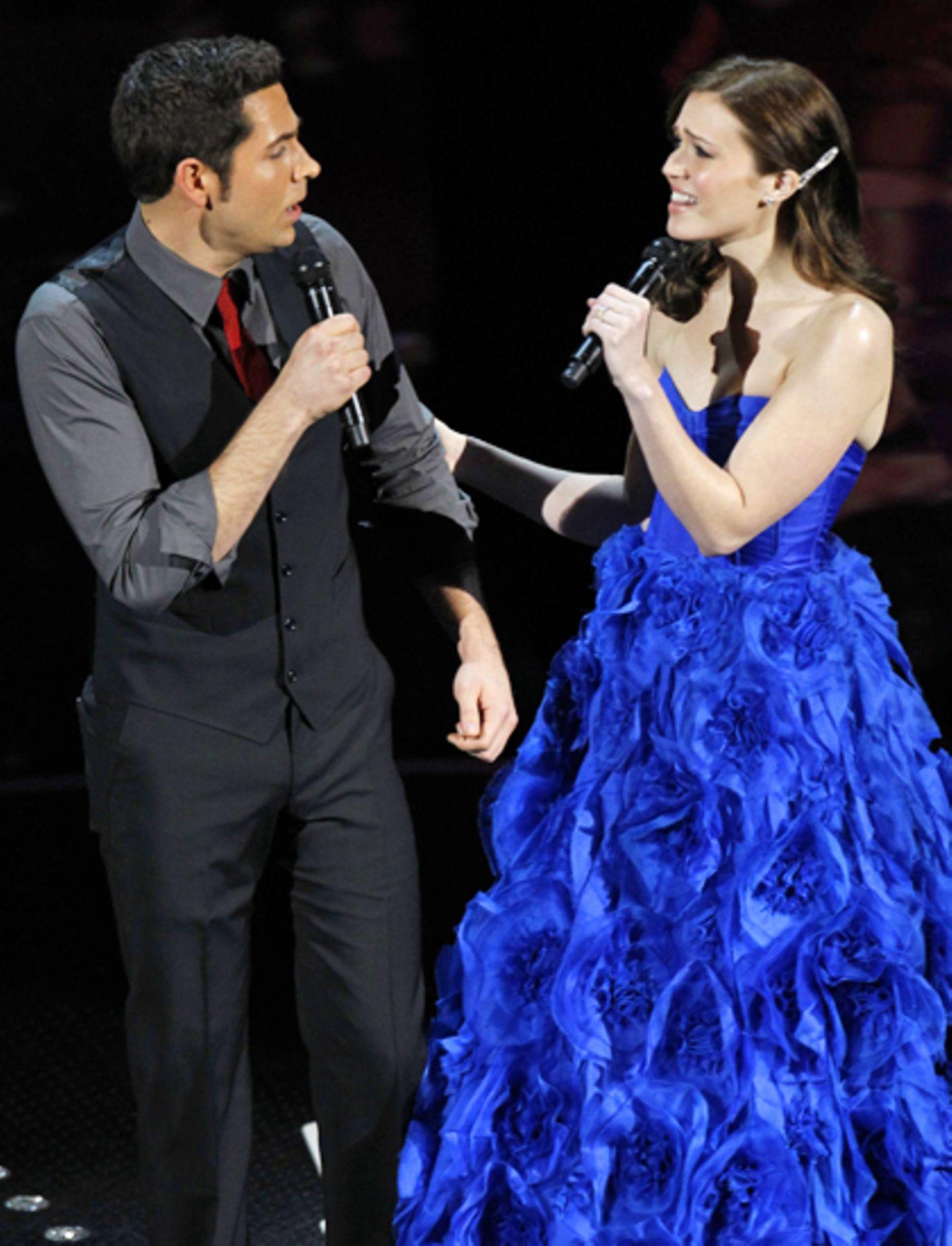 Zachary Levi und Mandy Moore geben sich bei der Vorstellung eines der nominierten Lieder alle Mühe.