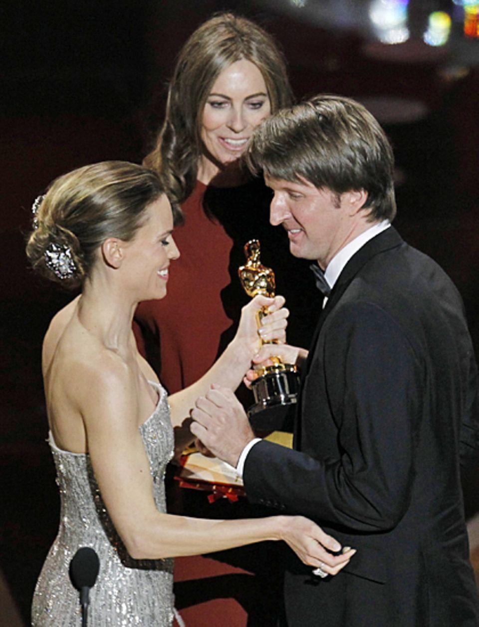 """Hilary Swank und Vorjahres-Preisträgerin Kathryn Bigelow gratulieren Regisseur Tom Hooper. Er bekam den Oscar für seinen Film """"T"""
