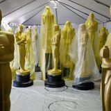 Diese lebensgroßen Oscarfiguren werden pünktlich zur Verleihung aufgestellt.